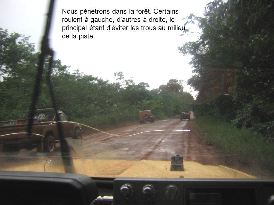 Nous pénétrons dans la forêt. Certains roulent à gauche, dautres à droite, le principal étant déviter les trous au milieu de la piste.