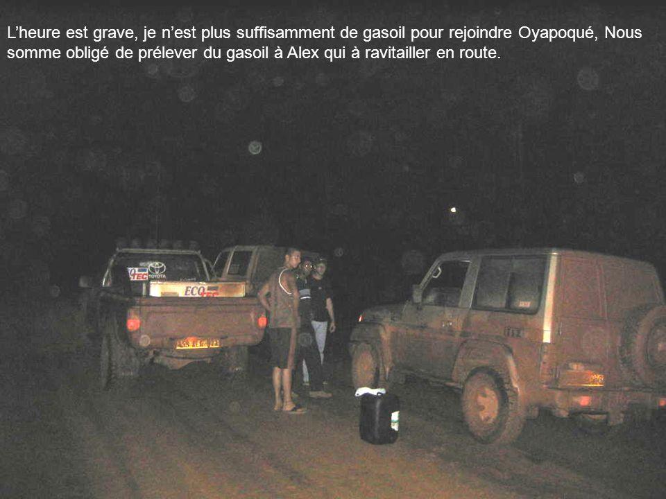 Lheure est grave, je nest plus suffisamment de gasoil pour rejoindre Oyapoqué, Nous somme obligé de prélever du gasoil à Alex qui à ravitailler en rou