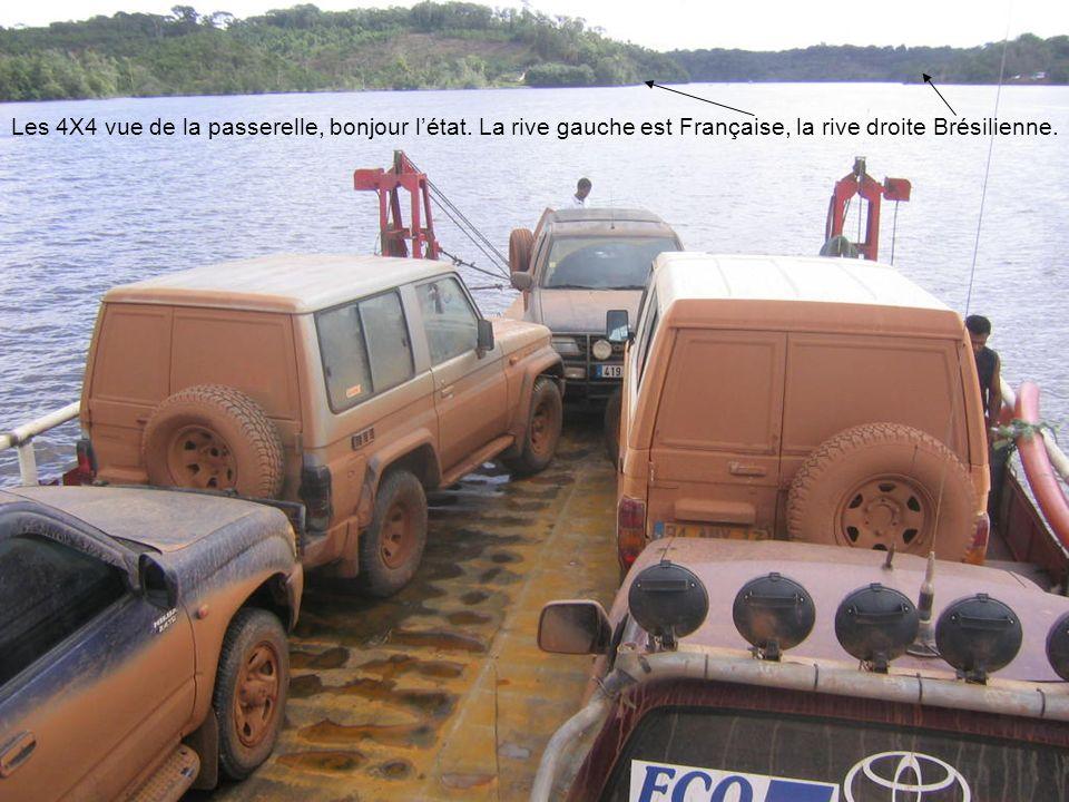 Les 4X4 vue de la passerelle, bonjour létat. La rive gauche est Française, la rive droite Brésilienne.