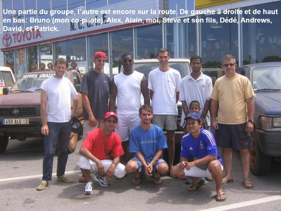 Une partie du groupe, lautre est encore sur la route. De gauche à droite et de haut en bas: Bruno (mon co-pilote), Alex, Alain, moi, Steve et son fils