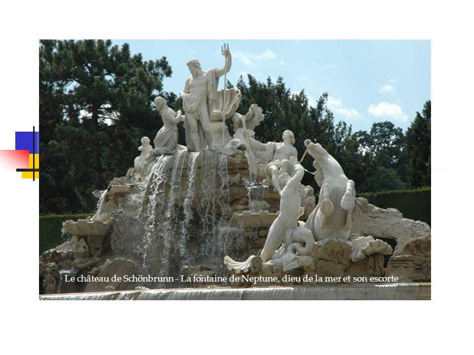 Le château de Schönbrunn - La fontaine de Neptune, dieu de la mer et son escorte