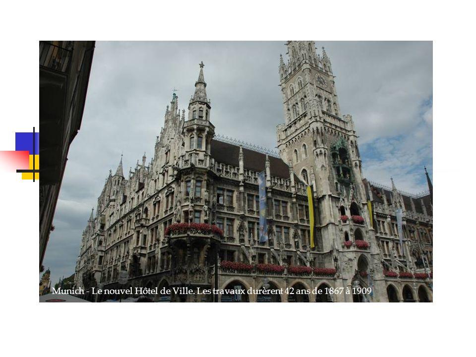 Munich - Le nouvel Hôtel de Ville. Les travaux durèrent 42 ans de 1867 à 1909