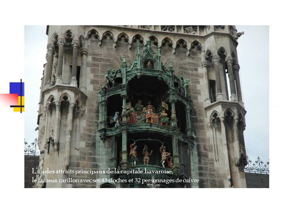 Lun des attraits principaux de la capitale bavaroise, l e fameux carillon avec ses 43 cloches et 32 personnages de cuivre