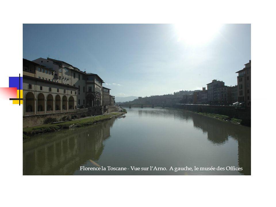 Florence la Toscane - Vue sur lArno. A gauche, le musée des Offices