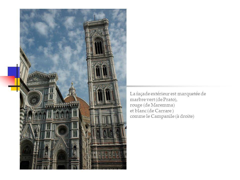 Venise, la sérénissime La façade extérieur est marquetée de marbre vert (de Prato), rouge (de Maremma) et blanc (de Carrare ) comme le Campanile (à droite)