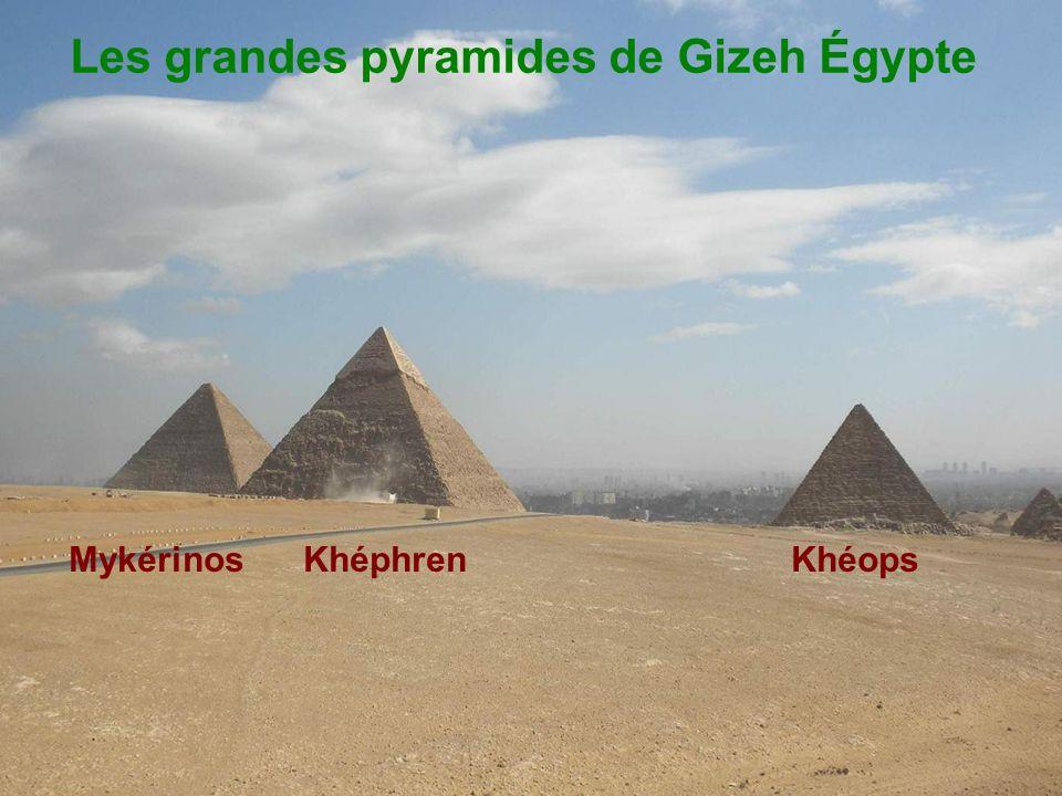 Voici la montagne créée pour Recevoir les temples Abu Simbel Dédié à Ramses ll et Néfertari.