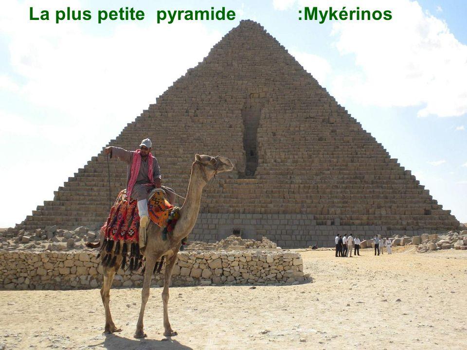 Les marchands de souvenirs sur le site des grandes pyramides dÉgypte
