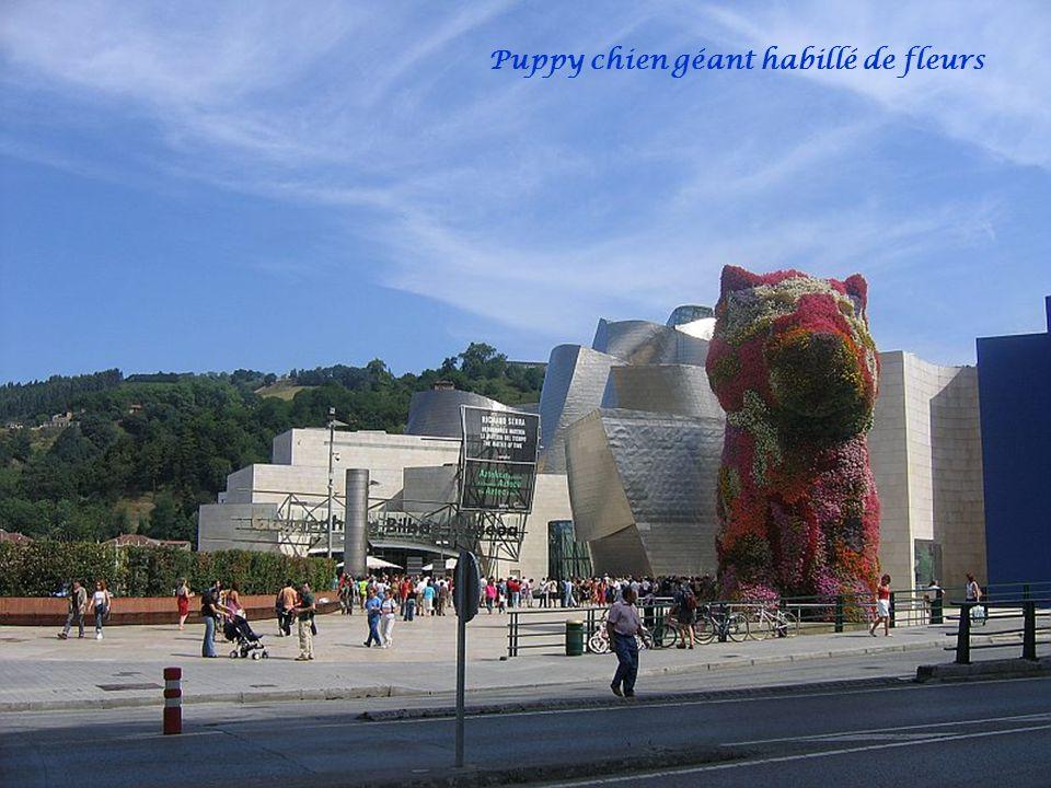 Puppy chien géant habillé de fleurs