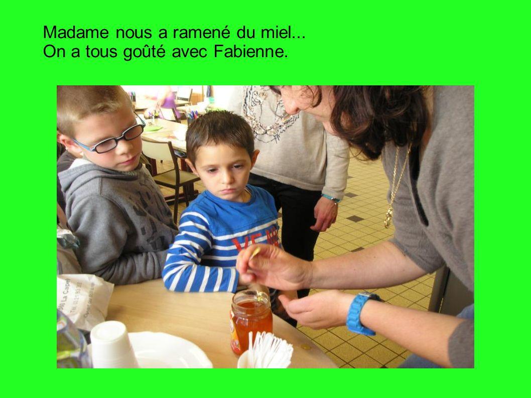 Madame nous a ramené du miel... On a tous goûté avec Fabienne.