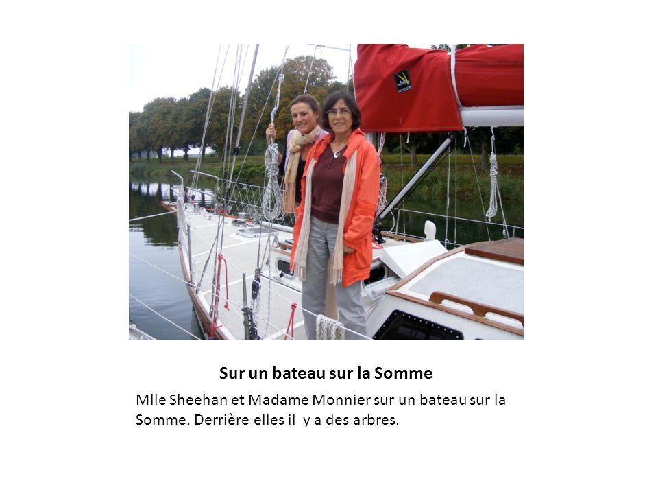 Sur un bateau sur la Somme Mlle Sheehan et Madame Monnier sur un bateau sur la Somme. Derrière elles il y a des arbres.