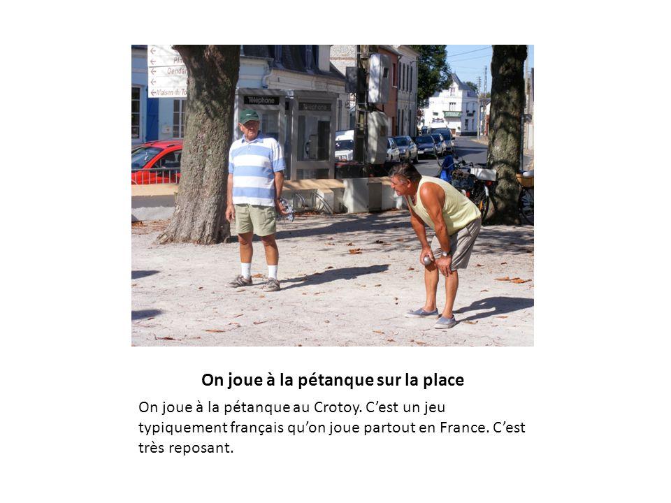 On joue à la pétanque sur la place On joue à la pétanque au Crotoy. Cest un jeu typiquement français quon joue partout en France. Cest très reposant.