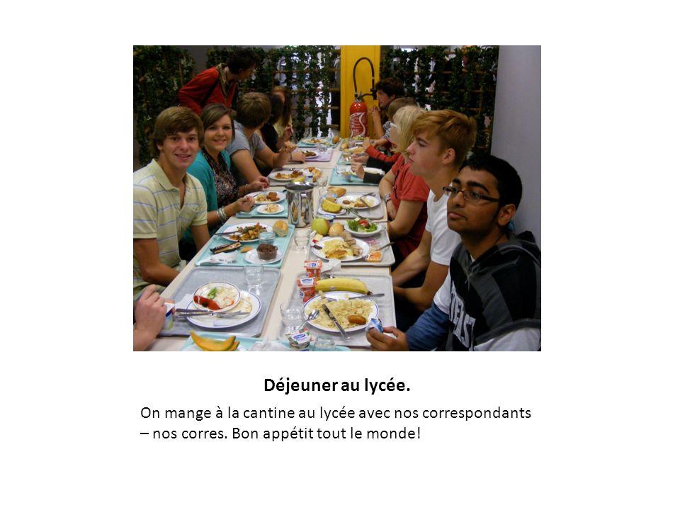Déjeuner au lycée. On mange à la cantine au lycée avec nos correspondants – nos corres. Bon appétit tout le monde!
