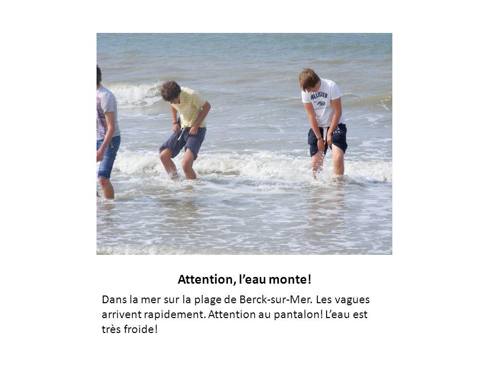 Attention, leau monte! Dans la mer sur la plage de Berck-sur-Mer. Les vagues arrivent rapidement. Attention au pantalon! Leau est très froide!
