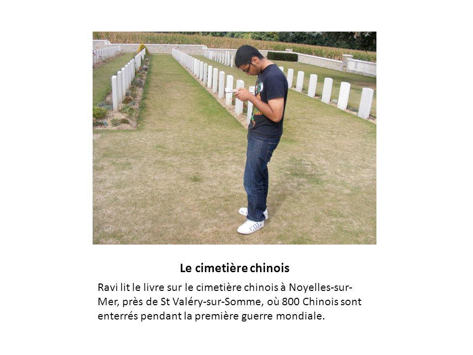 Le cimetière chinois Ravi lit le livre sur le cimetière chinois à Noyelles-sur- Mer, près de St Valéry-sur-Somme, où 800 Chinois sont enterrés pendant