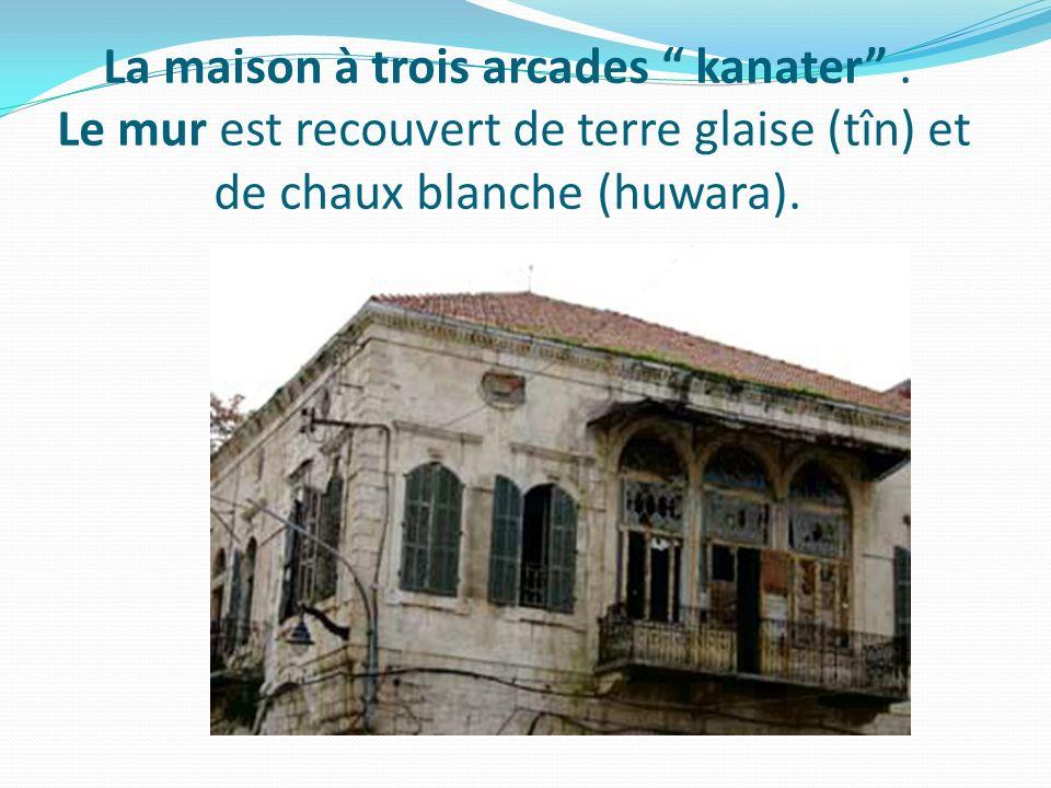 La maison à trois arcades kanater. Le mur est recouvert de terre glaise (tîn) et de chaux blanche (huwara).