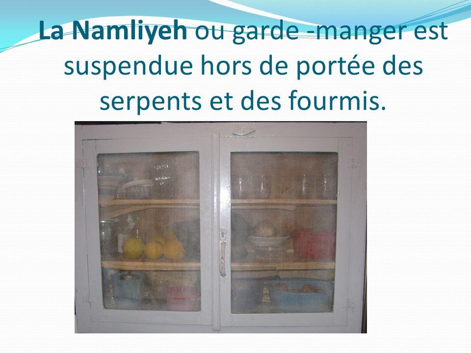 La Namliyeh ou garde -manger est suspendue hors de portée des serpents et des fourmis.