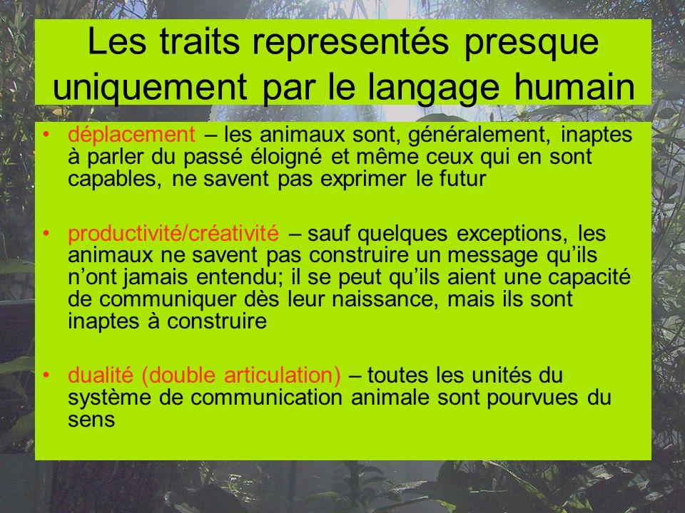 Les traits representés presque uniquement par le langage humain déplacement – les animaux sont, généralement, inaptes à parler du passé éloigné et mêm