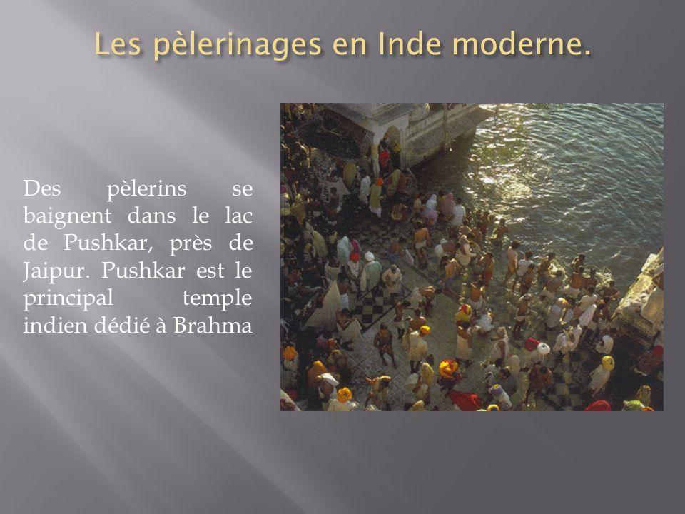 Les pèlerinages en Inde moderne. Des pèlerins se baignent dans le lac de Pushkar, près de Jaipur. Pushkar est le principal temple indien dédié à Brahm