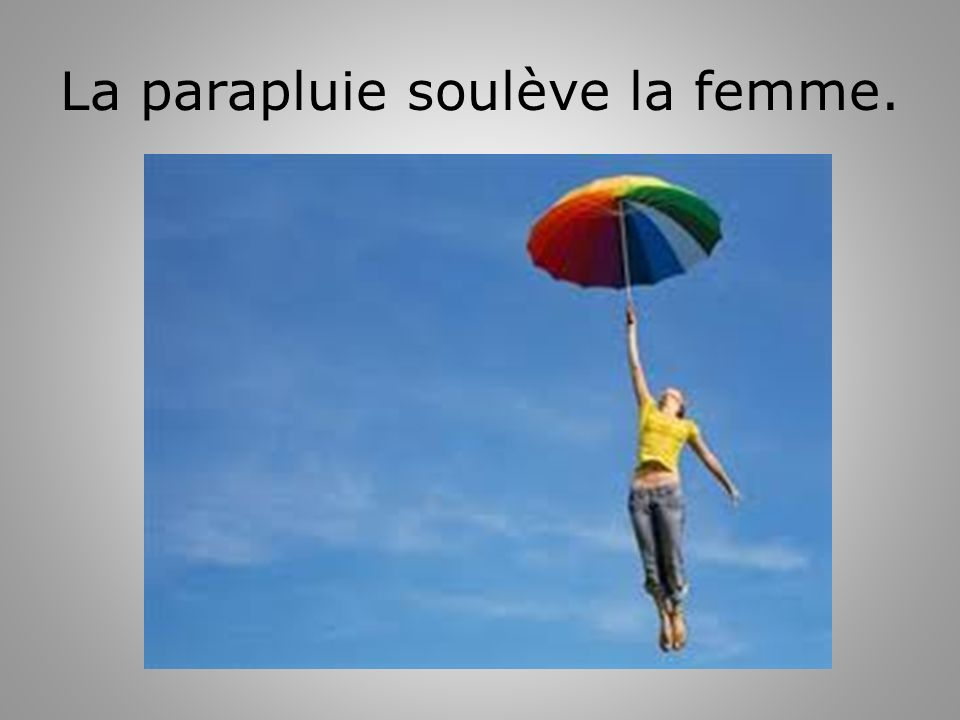 La parapluie soulève la femme.