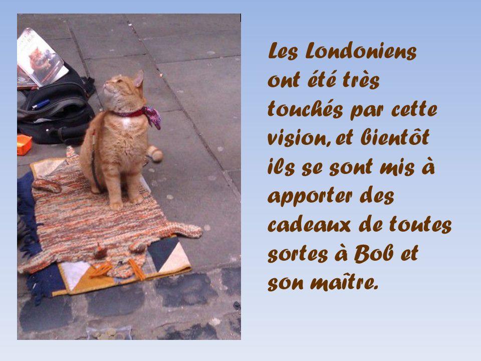Les Londoniens ont été très touchés par cette vision, et bientôt ils se sont mis à apporter des cadeaux de toutes sortes à Bob et son maître.