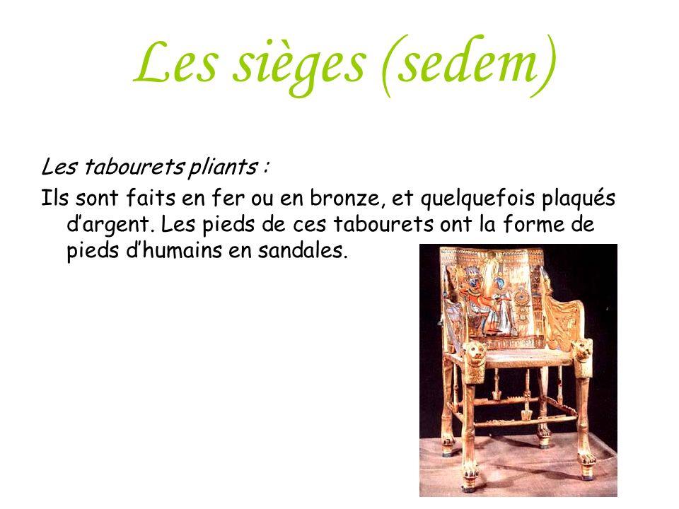 Les sièges (sedem) Les tabourets pliants : Ils sont faits en fer ou en bronze, et quelquefois plaqués dargent. Les pieds de ces tabourets ont la forme