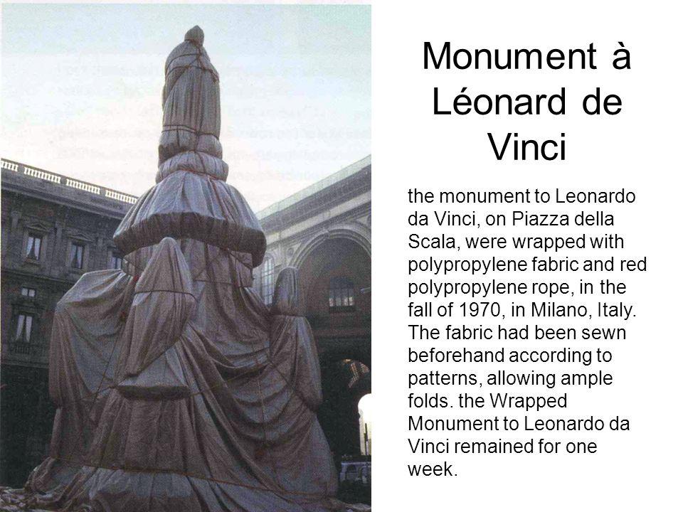 Monument à Léonard de Vinci the monument to Leonardo da Vinci, on Piazza della Scala, were wrapped with polypropylene fabric and red polypropylene rop