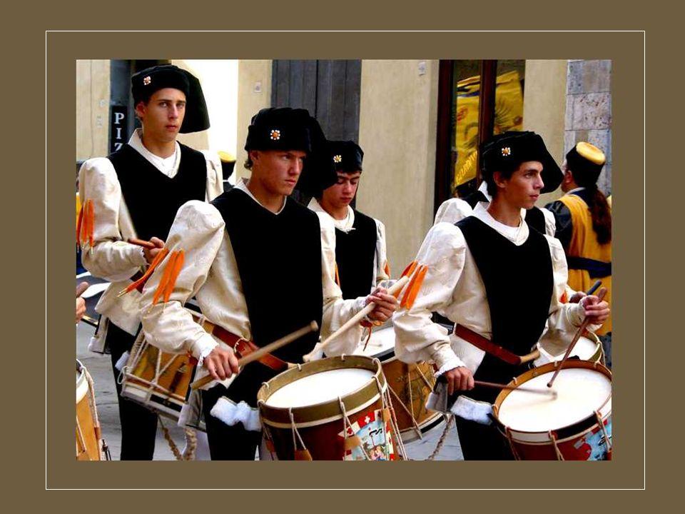 Les Florentins aiment bien vivre dans la rue. Chaque fête est loccasion de grandes réjouissances dans toute la ville et de défilés très colorés, au gr