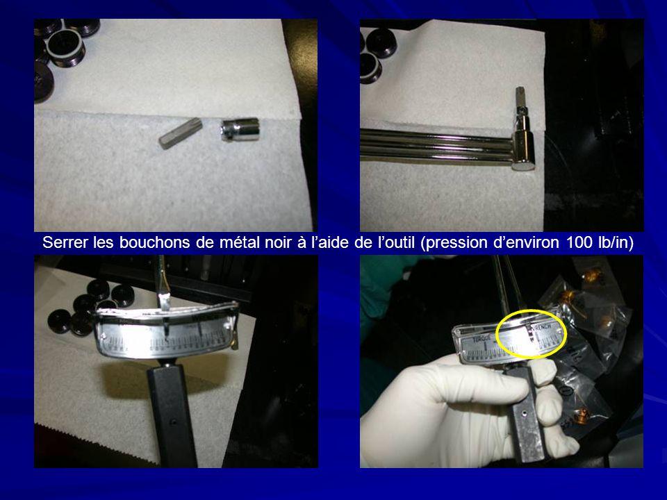 Serrer les bouchons de métal noir à laide de loutil (pression denviron 100 lb/in)