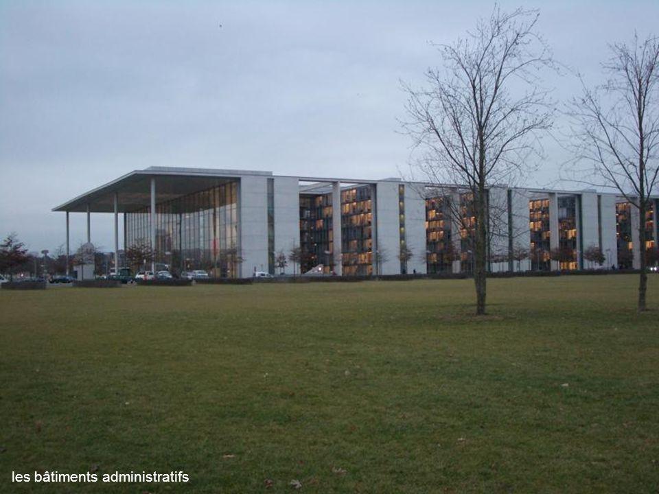 la façade illuminée des Galeries Lafayette