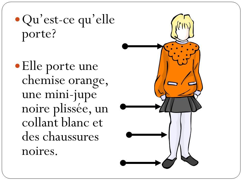 Quest-ce quelle porte? Elle porte une chemise orange, une mini-jupe noire plissée, un collant blanc et des chaussures noires.