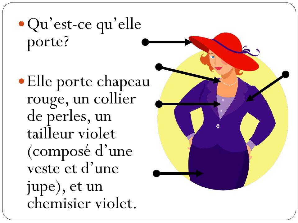 Quest-ce quelle porte? Elle porte chapeau rouge, un collier de perles, un tailleur violet (composé dune veste et dune jupe), et un chemisier violet.