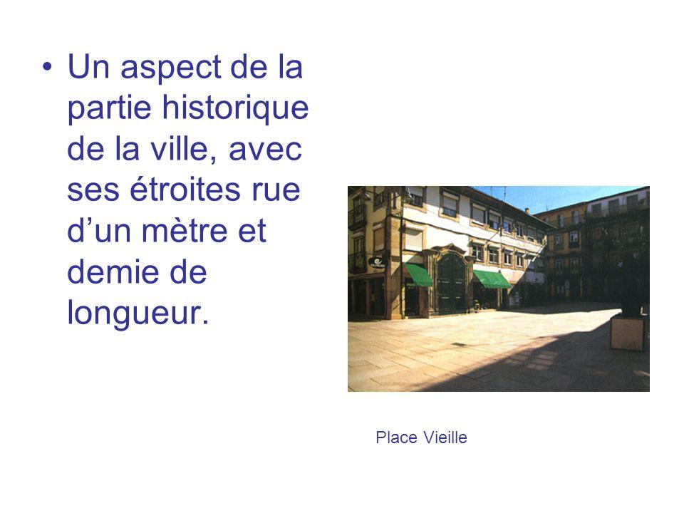 Un aspect de la partie historique de la ville, avec ses étroites rue dun mètre et demie de longueur.