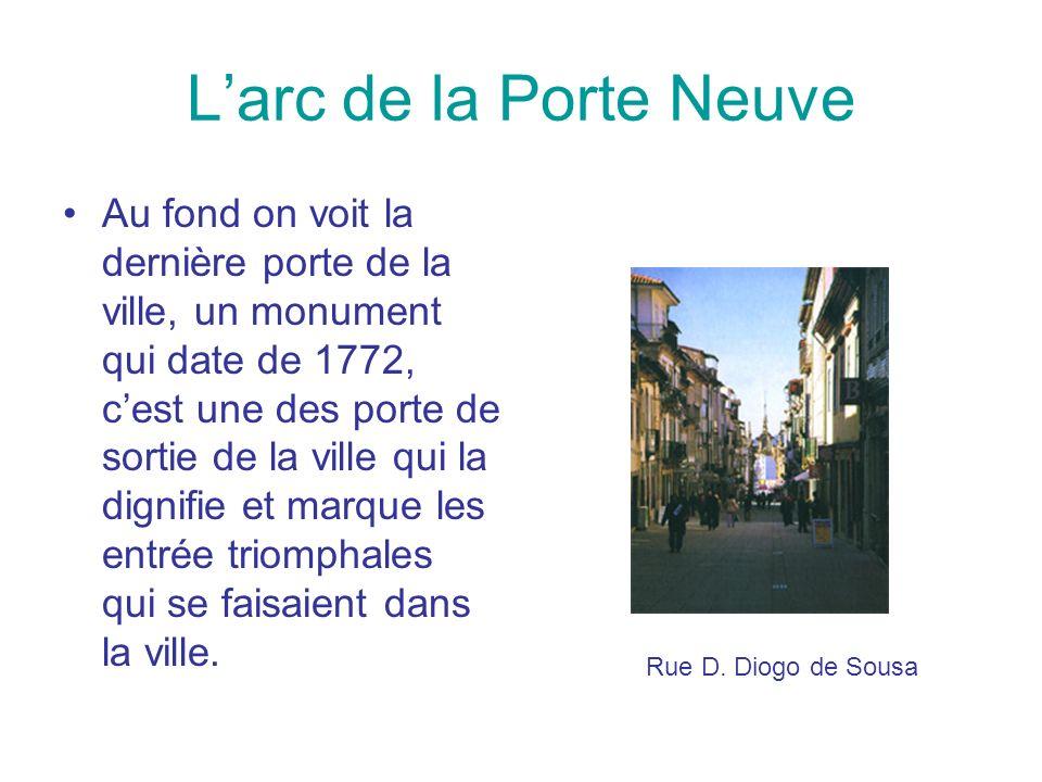 Larc de la Porte Neuve Au fond on voit la dernière porte de la ville, un monument qui date de 1772, cest une des porte de sortie de la ville qui la di