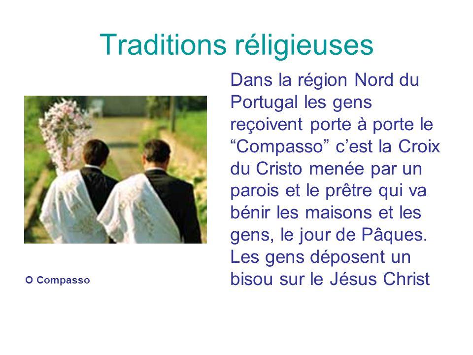 Traditions réligieuses Dans la région Nord du Portugal les gens reçoivent porte à porte le Compasso cest la Croix du Cristo menée par un parois et le
