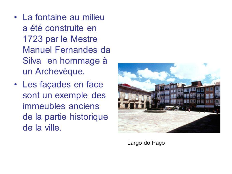 La fontaine au milieu a été construite en 1723 par le Mestre Manuel Fernandes da Silva en hommage à un Archevèque. Les façades en face sont un exemple