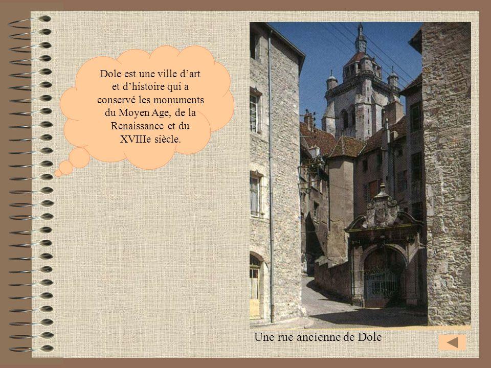 Une rue ancienne de Dole Dole est une ville dart et dhistoire qui a conservé les monuments du Moyen Age, de la Renaissance et du XVIIIe siècle.