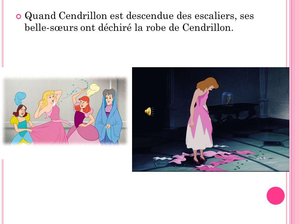 Les souris ont pris Cendrillon à sa chambre et elles lui ont donné la robe.