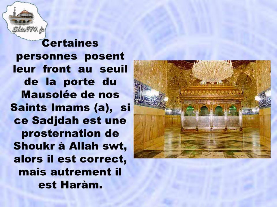 Certaines personnes posent leur front au seuil de la porte du Mausolée de nos Saints Imams (a), si ce Sadjdah est une prosternation de Shoukr à Allah