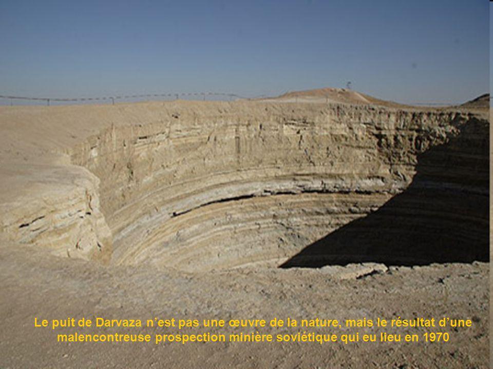 En plein désert de Karakoum (Turkménistan ) près de la petite localité de Darvaza, se trouve un cratère dune cinquantaine de mètres de diamètre et de