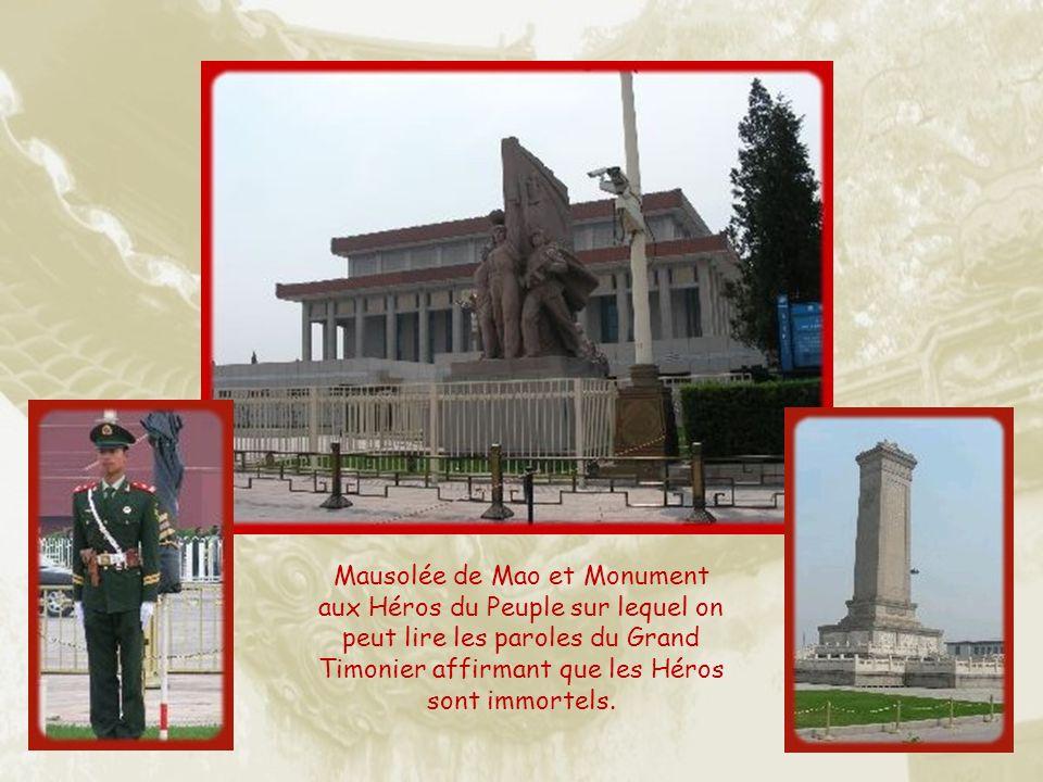 La place Tian an men, a été construite en 1959 pour marquer le dixième anniversaire de la Chine communiste.