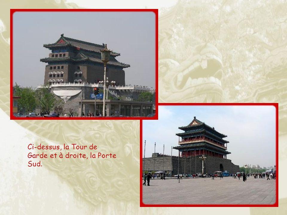 Mausolée de Mao et Monument aux Héros du Peuple sur lequel on peut lire les paroles du Grand Timonier affirmant que les Héros sont immortels.