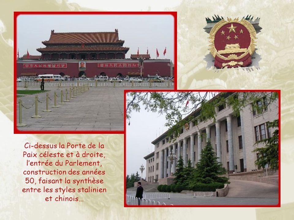 La porte de la Paix céleste souvrait lors des processions impériales et les Mandarins prosternés venaient y écouter les décrets.
