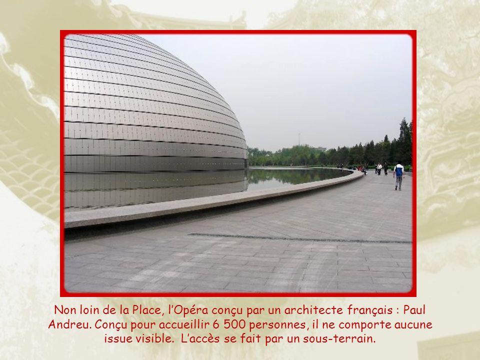 Ci-dessus la Porte de la Paix céleste et à droite, lentrée du Parlement, construction des années 50, faisant la synthèse entre les styles stalinien et chinois…