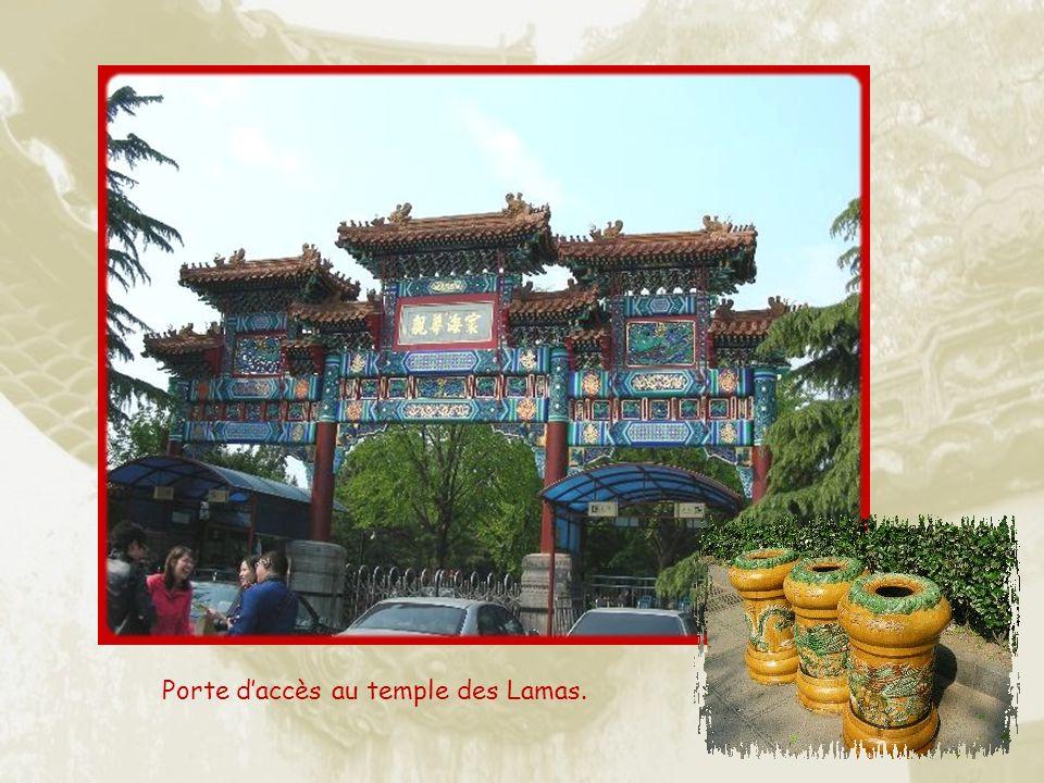 Le temple des Lamas est en réalité, lancien Palais de lÉternelle Harmonie qui, au XVIIIe siècle, appartenait a lEmpereur Yongzhen, jusquà son accession au trône.