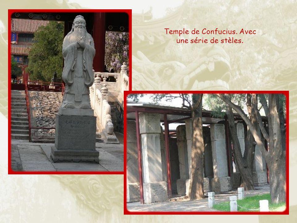 Objets de culte : encens et moulin à prières.