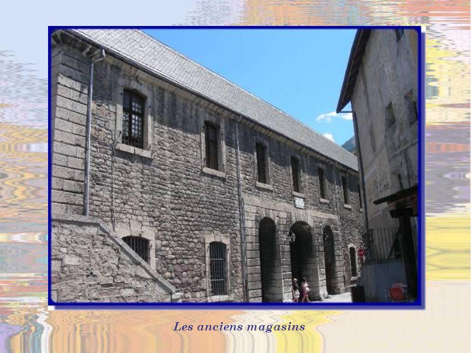 La porte de Pignerol est composée de deux portes à pont-levis à bascule et dune herse avec un corps de garde construit en demi-lune.