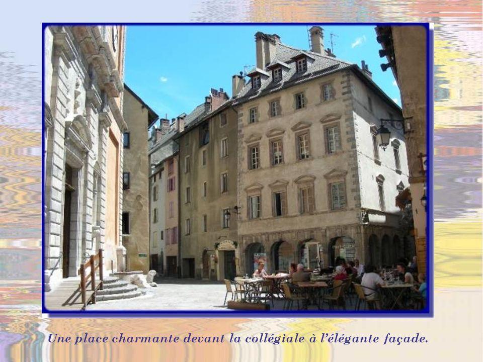 On aperçoit le clocher de la Collégiale Notre- Dame selon le projet de Vauban.