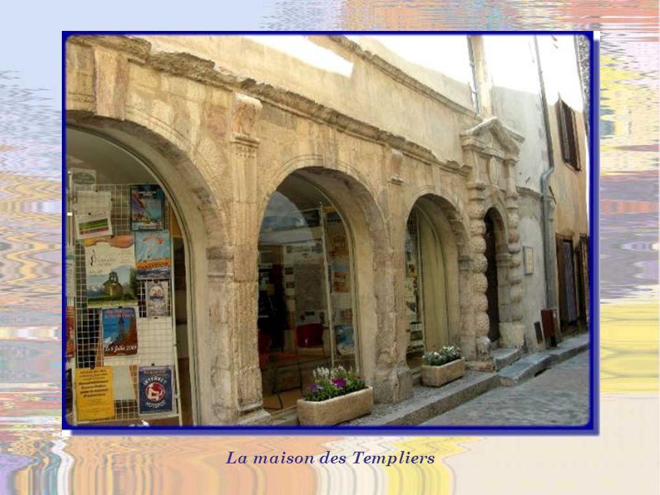La maison des Templiers abrita dabord la commanderie des Chevaliers du Temple.