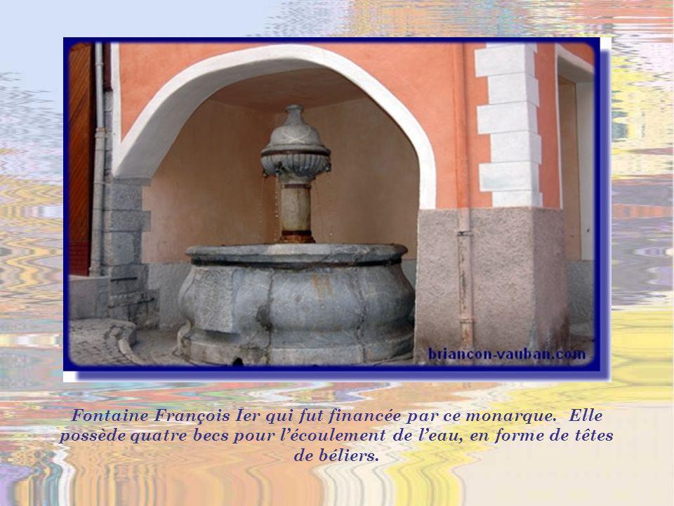 La vieille ville renferme aussi quelques jolies fontaines. Ici, la fontaine Persans.