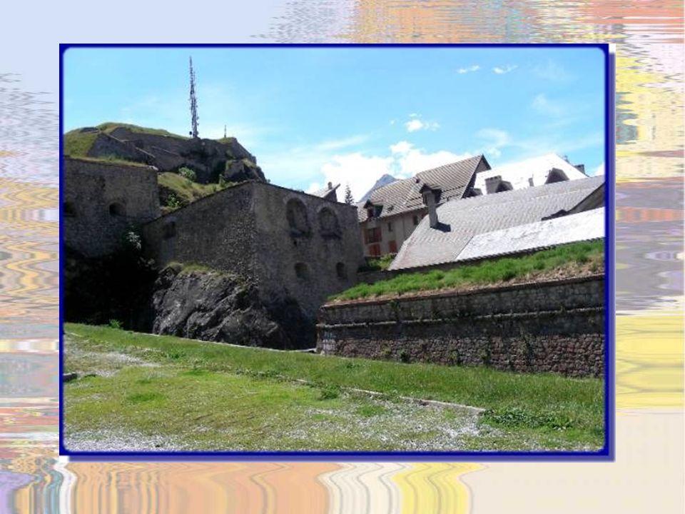 Ce cadran solaire sur la tour de gauche est considéré lun des plus beaux des Alpes…